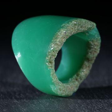 Australischer Chrysopras, handgeschliffener Ring mit naturbelassener Randpartie