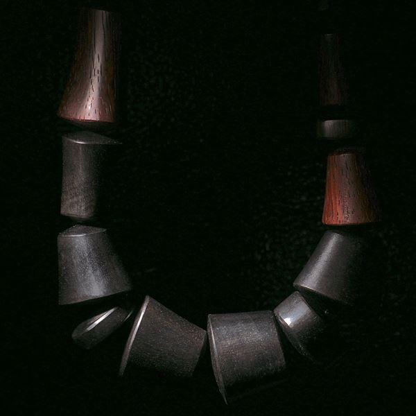 Collier aus diversen Edelhölzer, Fantasieform, Länge ca. 47cm