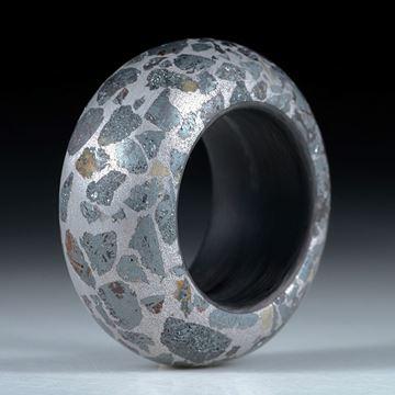 Fingerring Hämatit in Alumatrix, Innenring aus Karbon