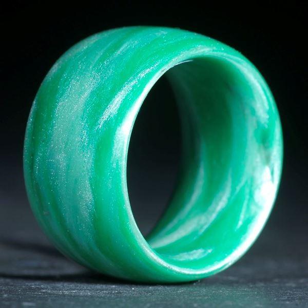 Glasfaser Fingerring, Cadmiumgrün dunkel mit Icy White (Duplex) poliert