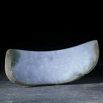 Jadeit Freiform, 78x28x7mm, gebogen konkav/konvex geschliffen