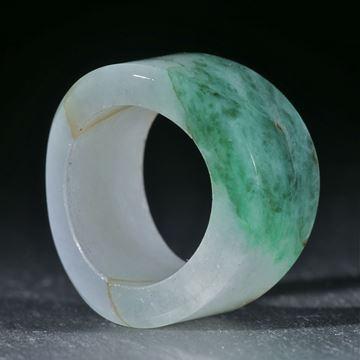 Jadeit Fingerring, geschwungen geschliffen