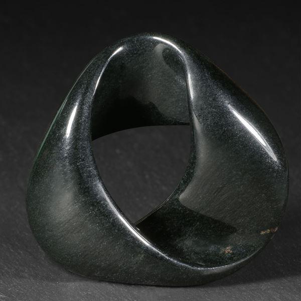 Jade schwarz aus Australien, handgeschliffenes Moebiusband