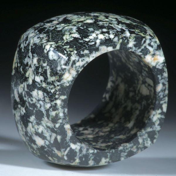 Kieselstein Ring (Gneis), viereckige Form