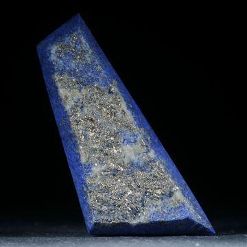 Lapislazuli mit Naturbruch und Pyritkristallen