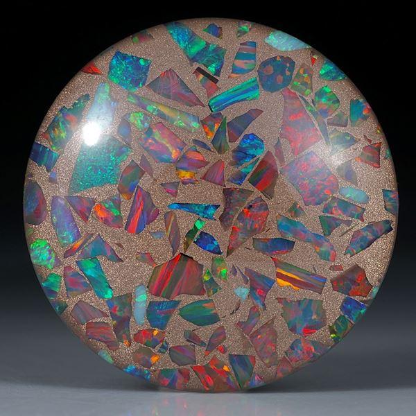 Opal synthetisch in Bronzematrix, mit poliertem Bergkristall