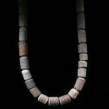 Seelilie Marokko, handgeschliffenes Collier mit naturbelassener fossiler Aussenhaut