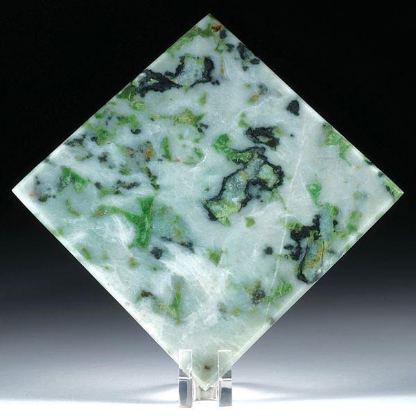 Smaragdit, (Wallis, Schweiz), in Torsion geschliffenes Quadrat
