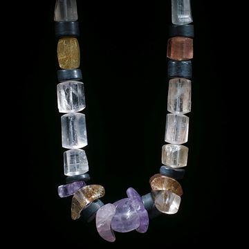 Collier aus Quarz-, Opal- und Schieferteilen, Durchmesser ca. 10-20mm