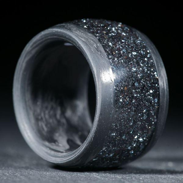 Hämatitkristalle in Acryl, Eingefasst in Carbon