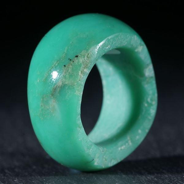 Brasilianischer Chrysopras, handgeschliffener Ring mit naturbelassener Randpartie