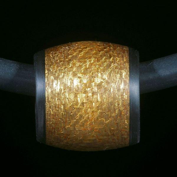 Anhänger aus Carbon und Glasfaser mit eingearbeitetem Blattgold