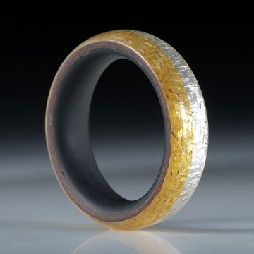 Fingerring aus Goldtex und Silbertex mit Karbon