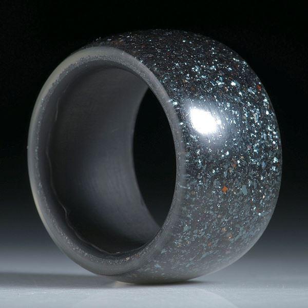 Karbonring mit Hämatitkristallen beschichtet