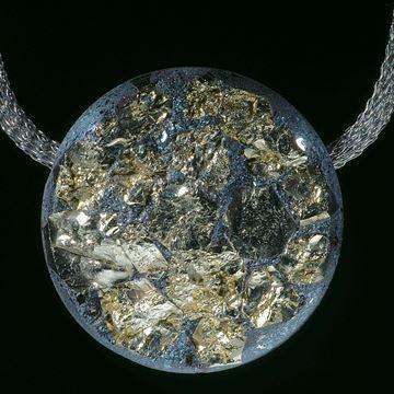 Hämatit und Pyritkristalle, hochdruckstabilisierte Materialkomposition, runder Anhänger