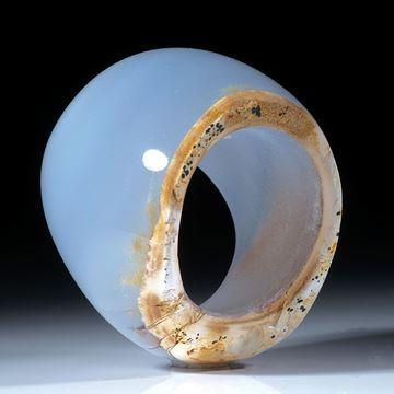 Chalcedonring ungebändert poliert mit naturbelassener Seite