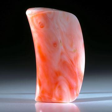 Edelkoralle, freie Form mit konkav geschliffener Oberseite