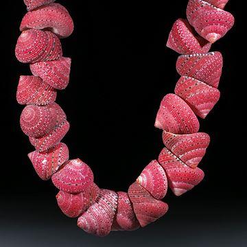 Erdbeerschnecke, clanculus puniceus, Collier aus 46 Schnecken