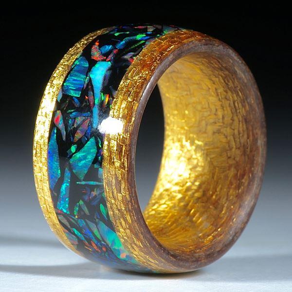 Goldtexring mit eingearbeitetem synthetischen Opal