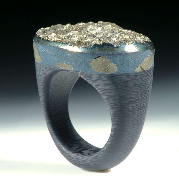Pyrit mit kristalliner Oberfläche auf Carbonringschiene