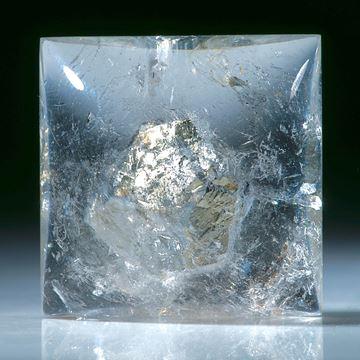 Quarz mit eingeschlossenem Pyritkristall