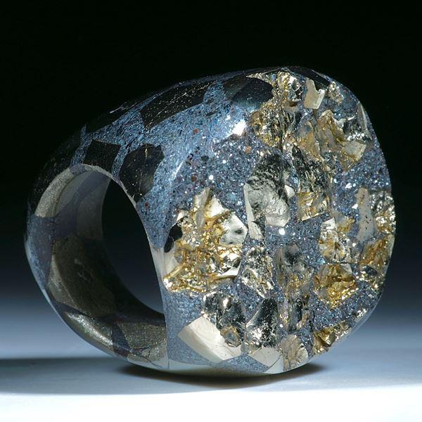 Ring aus Hämatit und Pyritkristallen