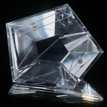Rutil und Hämatitplättchen in Bergkristall