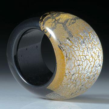 Fingerring Goldglas und Silberglas, bombierte Form im Verlauf geschliffen und poliert