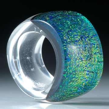 Dichroic Glass, Opalglas Ring, geschwungene Form im Verlauf, bombiert und poliert