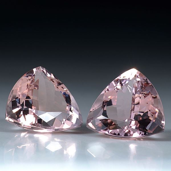 Morganit Paar, Dreieckformen facettiert, total 21.47ct. je ca. 15x15x9mm