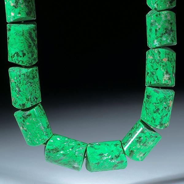 Maw sit sit, Jadealbit, Chloromelanit, Burma, handgeschliffenes Collier aus Zylinderteilen poliert