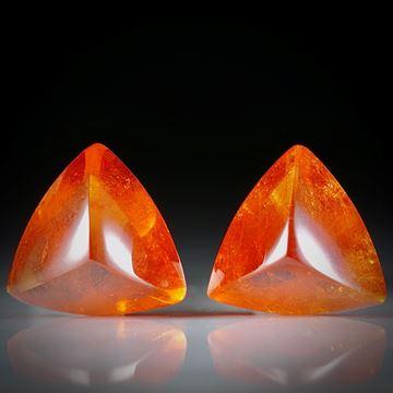 Mandarin-Granat, Paar aus dreieckigen Cabochons total 19.41ct.  je ca.13x12.5x8mm