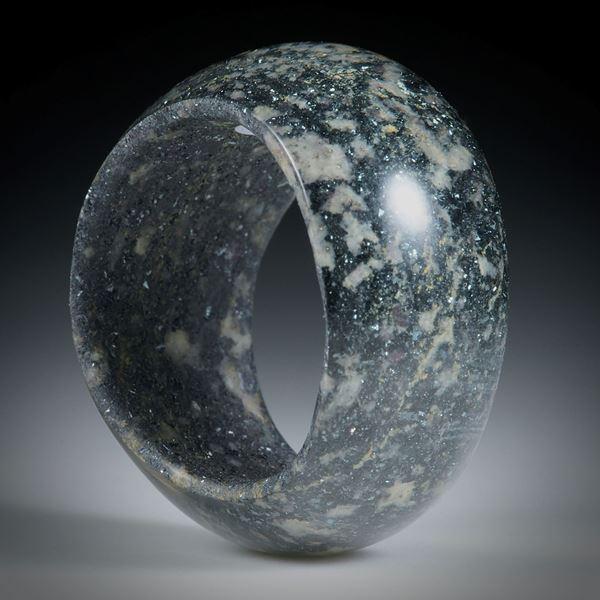 Edelsteinring Hämatit (Eisenerz, Italien) in Duroplast, im Verlauf geschliffen, bombiert und poliert