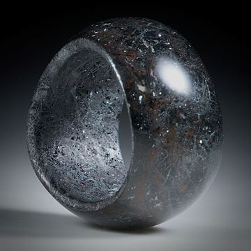 Edelsteinring Hämatit (Eisenerz, Italien) in Duroplast, geschwungen geschliffen, bombiert und poliert