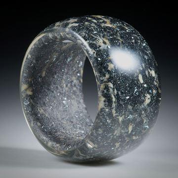 Edelsteinring Hämatit (Eisenerz, Italien) in Duroplast, parallel geschliffen, bombiert und poliert