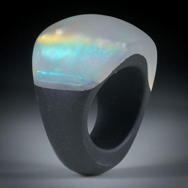 Fingerring Opalglas (Dichroic Glas), im Verlauf geschliffen und mattiert