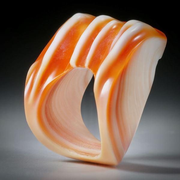 Fingerring aus einer Feuerofen Schnecke (cypraecassis rufa)