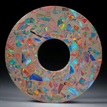 handgeschliffener Anhänger in Scheibenform aus synthetischem Opal in Bronzematrix