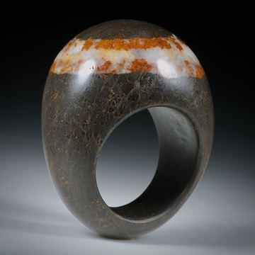 Kieselstein Fingerring mit Quarzlinie, im Verlauf geschliffen und poliert