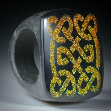 Opalglas Fingerring mit lasergraviertem keltischen Knotenmuster