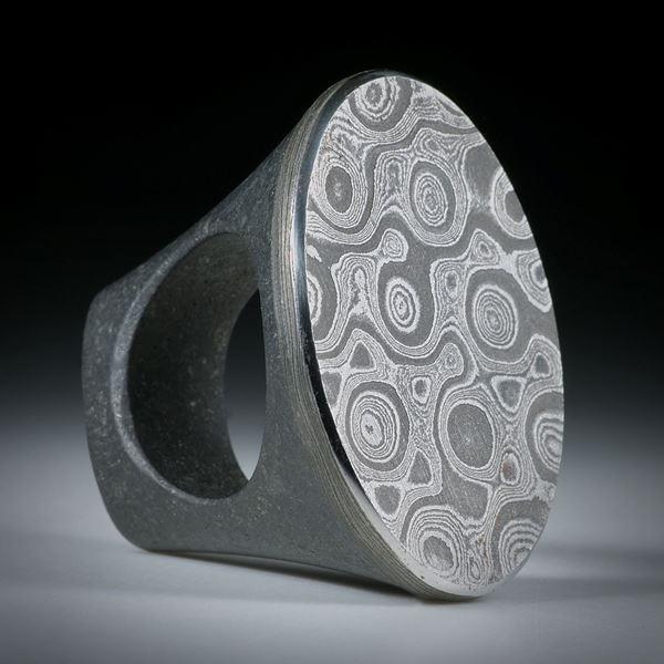 Fingerring Damaststahl auf Gabbro Ringschiene, ovaler Tafelring