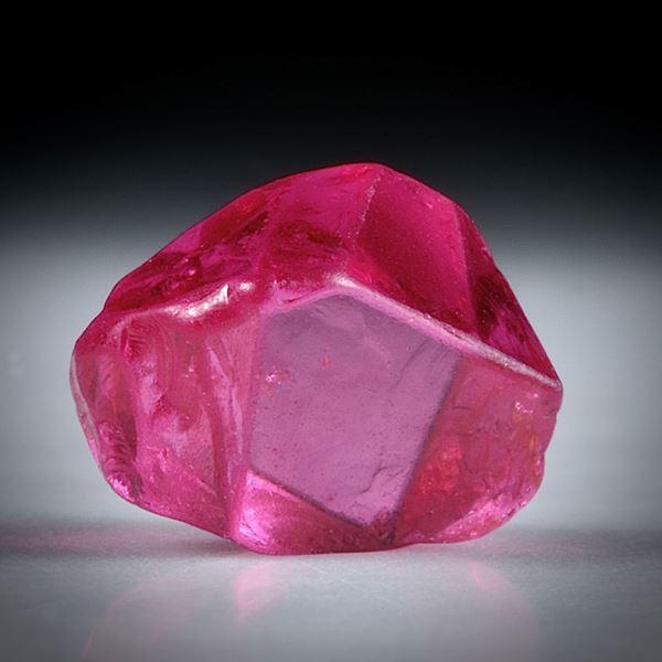 Spinell Kristall 1.24ct. Burma (Myanmar) intensiv Rot, ca.6mm