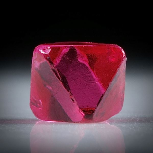 Spinell Kristall 0.57ct. Burma (Myanmar) intensiv Rot, ca.5mm