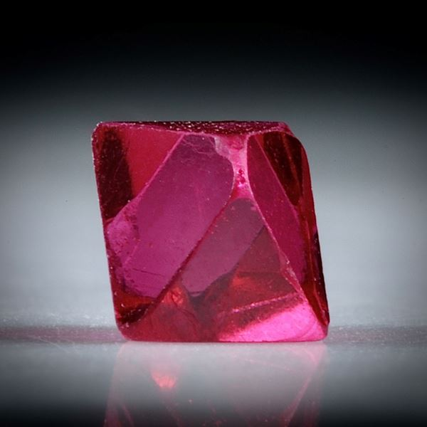 Spinell Kristall 0.65ct. Burma (Myanmar) intensiv Rot, ca.5mm
