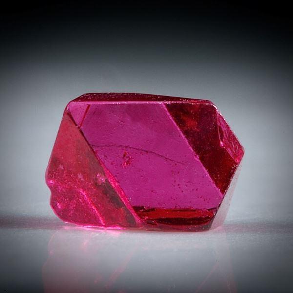 Spinell Kristall 0.63ct. Burma (Myanmar) intensiv Rot, ca.5mm