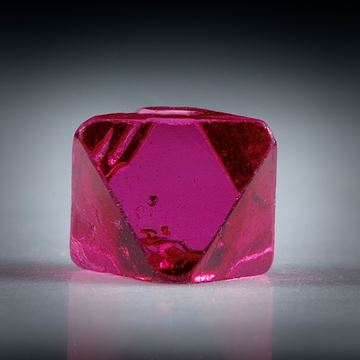 Spinell Kristall 0.76ct. Burma (Myanmar) intensiv Rot, ca.5mm