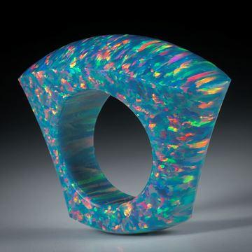 Fingerring aus synthetischem Opal, Tafelring im Verlauf geschliffen