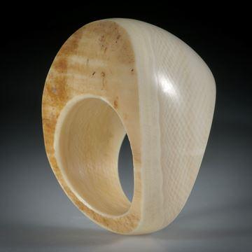 Fingerring aus Mammut Elfenbein, geschwungene Form im Verlauf geschliffen