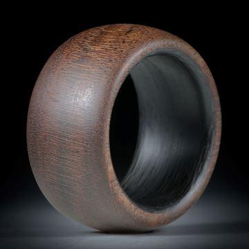 Fingerring aus Nussbaumholz hochdruckstabilisiert, mit Karbon Innenring