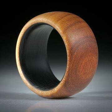 Fingerring aus Zwetschgenholz hochdruckstabilisiert, mit Karbon Innenring